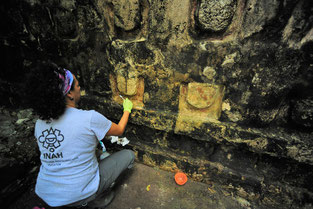 Proceso de estabilización y limpieza de los estucos del Templo de las U. Foto: Mauricio Marat. INAH.