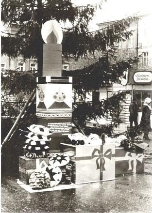 """Weihnachtsmarkt 1981 in Radeberg. Wo heute die Weihnachts-Krippe steht, stand eine """"Jahresendfigur"""""""