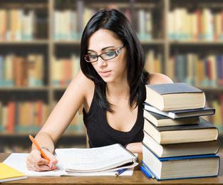 mädchen schreiben in bibliothek