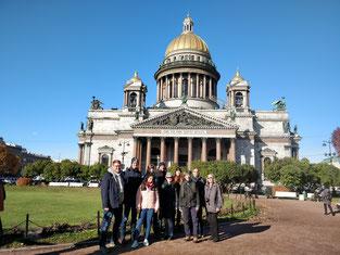 Das Buxtehuder Stadtjugendringsteam vor der Isaaks-Kathedrale in St. Petersburg, der größten Kirche der Stadt. Foto SJR