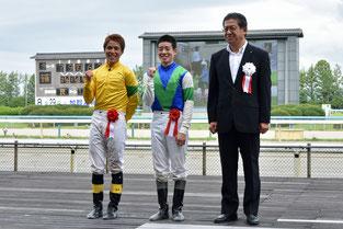 高知の塚本雄大騎手(左)笠松の渡邊竜也騎手(中央)