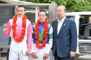 JRAの富田暁騎手(左)笠松の渡邊竜也騎手(中央)