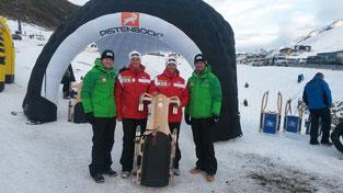 Am Bild Christoph und Thomas Knauder mit den Doppelolympiasiegern Wolfgang und Andreas Linger beim Weltcupauftakt in Kühtai / Tirol (Foto: PRIVAT)