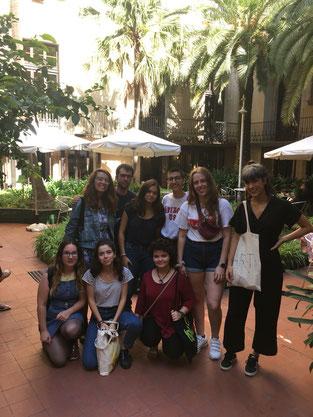Foto de grup al pati de l'Ateneu amb Emma Fernàndez (dreta)