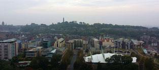 Blick von den Salisbury Crags auf Holyrood, Edinburgh