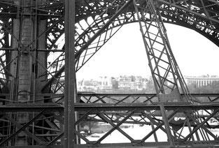 auf dem ersten Podest des Eiffel-Turms