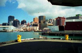die City-Skyline vom Hafen aus