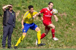 Riccardo Montepeloso (rechts), hier Sieger im Zweikampf gegen Benjamin Hakiri wechselt zum 1. FC Solingen. (Foto: 1. FC Solingen Media Team)