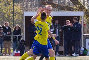 Hier bejubelt Alexander Grass mit Kapitän Fabio Couspatras seinen ersten Treffer für den FC. (Foto: 1. FC Solingen Media Team)
