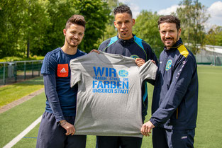 Fabio Couspatras, Benjamin Hakiri und Carlo Farella präsentieren das Motto des 1. FC Solingen für kommende Saison (Foto: 1. FC Solingen Media Team)
