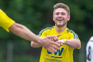 Hier feierte Dennis Dudek noch mit seinem typischen Jubel einen seiner beiden Treffer im Spiel beim GSV Langenfeld, bei dem er mit dem Finger auf sein Handgelenk tippt.. (Foto: 1. FC Solingen Media Team))