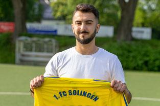 Deniz Ceylan mit dem Trikot des 1. FC Solingen. (Foto: 1. FC Solingen Media Team)