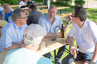 FC-Vorsitzender Peter Deutzmann im regen Gespräch mit Bürgermeister Ernst Lauterjung, Horst Schulten und Rainer Broichgans (Foto: 1. FC Solingen Media Team)