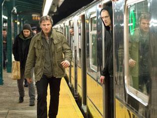 Liam Neeson (l) als Jimmy Conlon und Joel Kinnaman als sein Sohn Mike Conlon in einer Szene des Kinofilms «Run All Night» Foto: Myles Aronowitz/Warner Bros