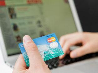 Für den Einkauf im Internet ist oft eine Kreditkarte nötig. Eine Predpaid-Kreditkarte bietet zum Beispiel für Jugendliche eine gute Kostenkontrolle. Foto: Monique Wüstenhagen