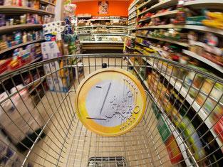 Das Geld sitzt bei den Bundesbürger locker wie lange nicht mehr. Aufgrund fallender Sprit- und Heizölpreise steigt der allgemeine Konsum. Foto: Armin Weigel