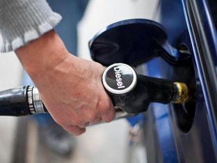 Wenn Benzin so preiswert ist wie derzeit, drückt das den Absatz von Kleinwagen. Foto: Daniel Karmann/Archiv