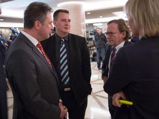 Claus Weselsky (l), Vorsitzender der Lokführer-Gewerkschaft GDL, spricht mit Ulrich Weber (r), Personalvorstand der Deutschen Bahn AG (DB). Foto: Frank Rumpenhorst