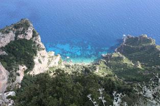 Blick vom Monte Solaro auf das kristallklare, blaue Wasser