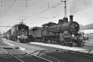 Stückgutgüterzug 5936 wird vom Personenzug 1932 überholt