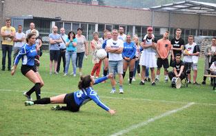 Mit die Garanten des Erfolgs waren unter anderem Abwehrspielerin Benita Höckele (am Boden) und Angreiferin Lena Feltl.