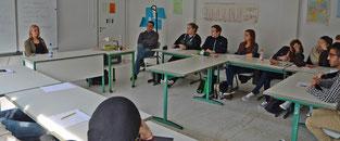 """Maaret Westphaly (li.) sprach mit der Klasse der KGS über das komplexe Thema """"Europa"""" – Foto: JPH"""