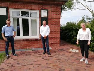 v.l.n.r.: Dennis Igelmann (Sprecher der Sportvereineder Gemeinde Hinte), Bürgermeister Uwe Redenius und Sandra Kuhlmann (Teamleiterin Serviceteam Gebäudemanagement der Gemeinde Hinte).