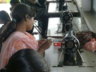 写真はムンバイの職業訓練の様子。