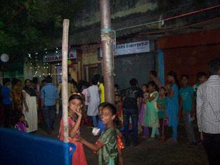 夜間学校に集まる売春婦の子ども達