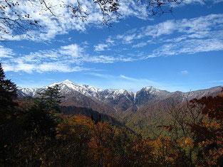 上倉山頂上付近からの大朝日岳(左)と小朝日岳(右)