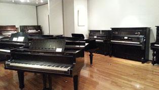 昔のピアノがたくさん並んでいます