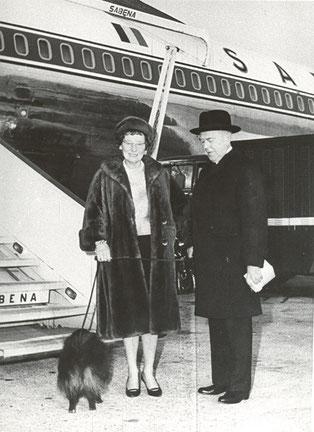 戦後、アメリカの個展のために犬を連れて飛行機に乗り込むルネ・マグリット夫妻」