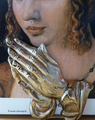 Die betenden Hände als Buchstützen