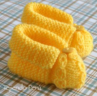 Zapatitos cruzados tejidos en dos agujas o palitos para bebes en 3 tallas