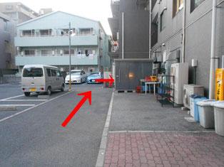駐車場と右側に物置