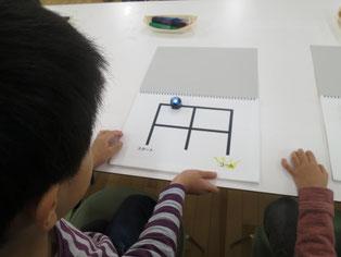 Ozobotの動きを観察する児童