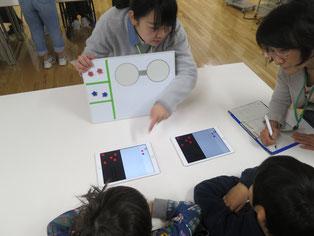 星の色を変えるプログラムにも挑戦 確認ボードで説明するメンター