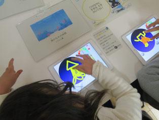 海のなかまを描く児童