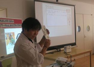 戦略ボードについて説明する教師
