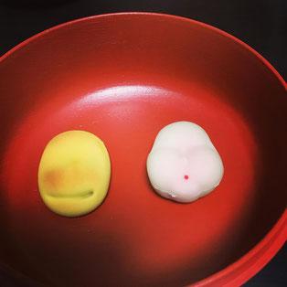 菓匠菊屋製「お多福」(右)、鶴屋吉信製「福ハ内」(左)