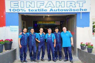 Das Team von Wash Clean Bochum vor der Waschstraße
