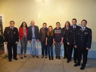 Ein Teil der Neumitglieder mit Vertretern der Stadt und des Vereins.