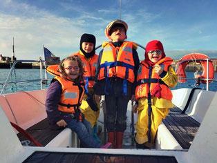 équipage d'enfant sur un voilier