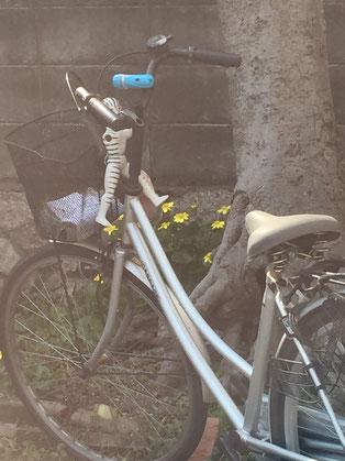 自転車に謎のフィギュア