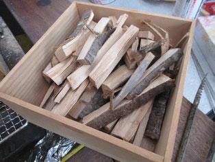 桜の木を鉈で割ったものを使います。