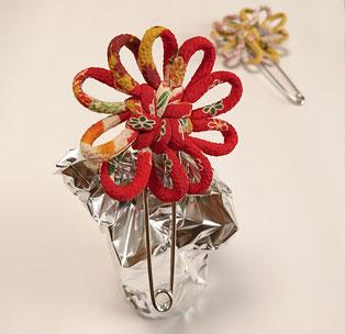 ちりめん和風ブローチスカーフ留め赤花結び飾り結びメドゥプ