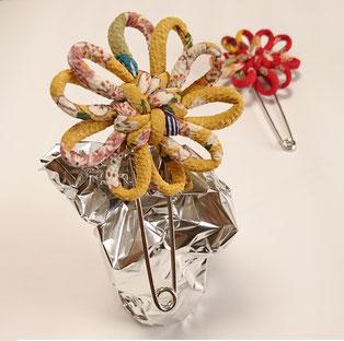 ちりめん和風ブローチスカーフ留め からし 花結び飾り結びメドゥプ