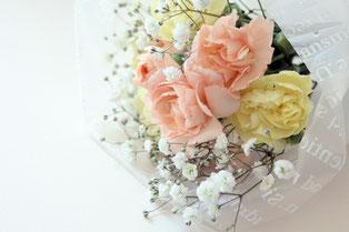 退職の花束。白やピンクのバラの花。