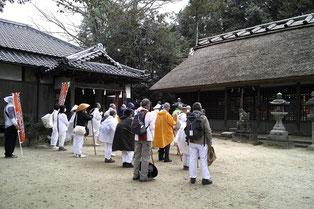 夜都伎神社では雨具が外せない