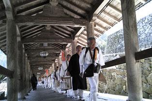 長谷寺の登廊を行く法灯